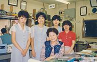 昭和60年6月13日撮影:女子社員と一緒